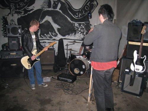 maj 2010, koncert Dumbs, skłot Elba